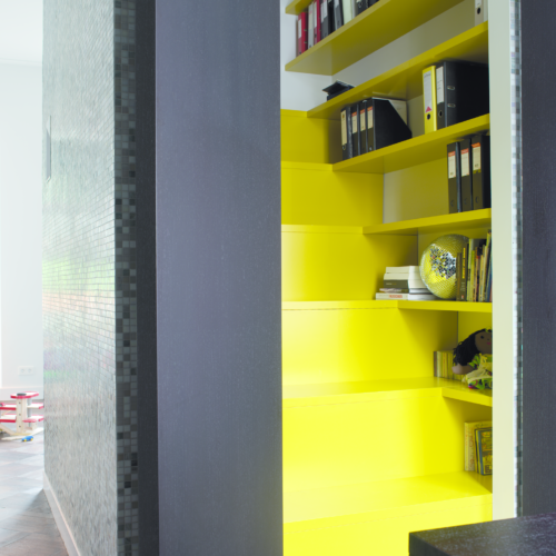 gul trappa med förvaring hyllor